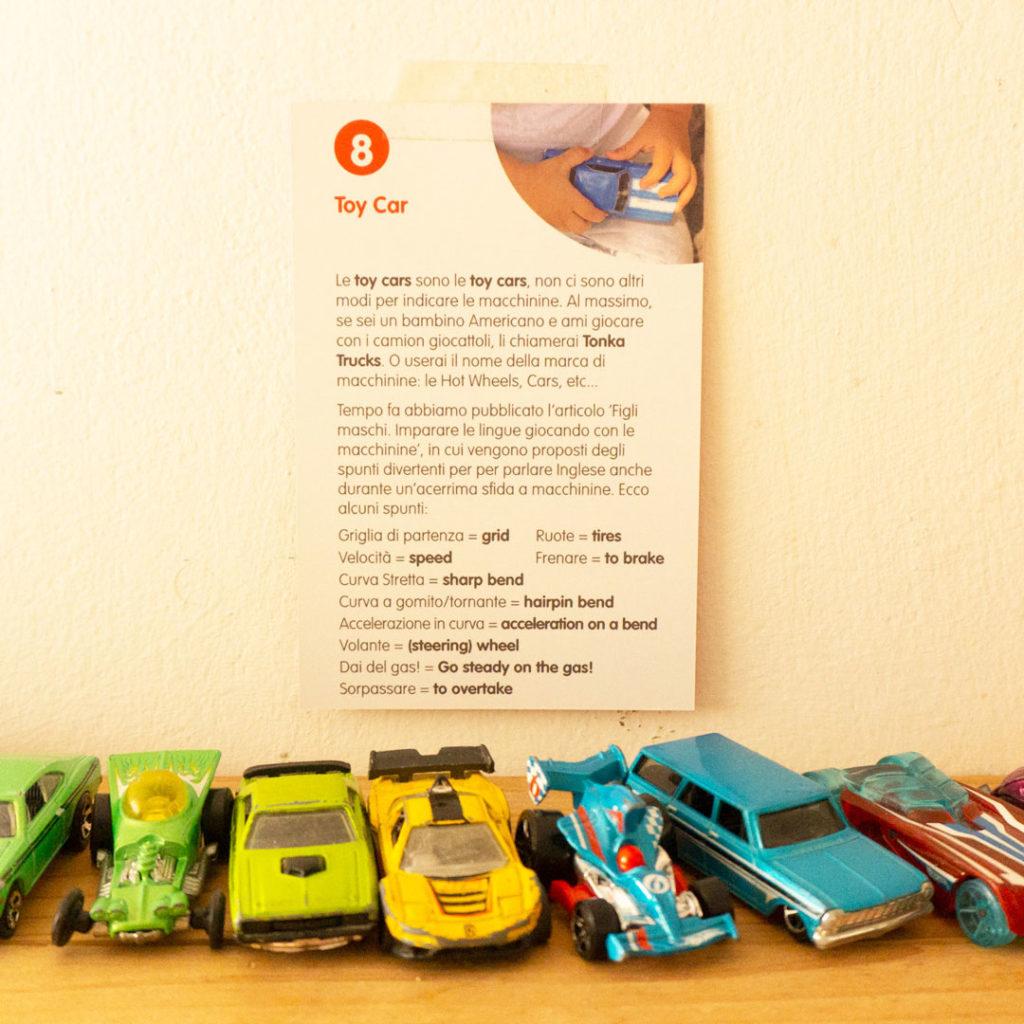 macchinine-giocattolo-e-cartolina-della-rubrica-a-word-a-week-con-la-scritta-toy-car-macchin-in-inglese