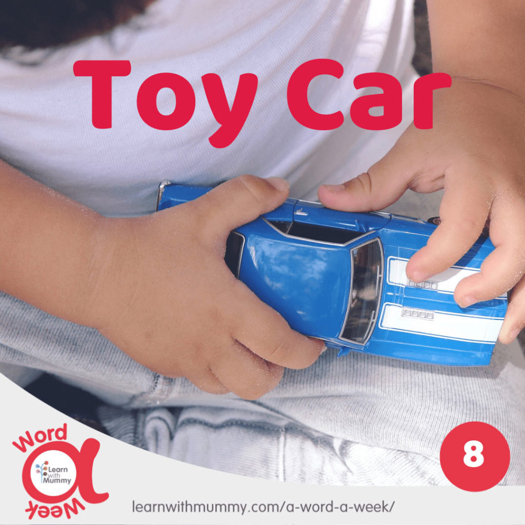 mani-di-un-bambino-stringono-un-modellino-di-macchina-in-inglese-toy-car