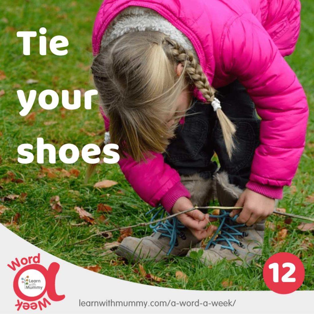 bambina-con-giacca-fucsia-e-treccine-impara-come-allacciare-le-scarpe-in-inglese