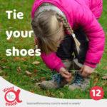 bambina-con-treccine-e-giacca-fucsia-impara-come-allacciare-le-scarpe-in-inglese_300x300
