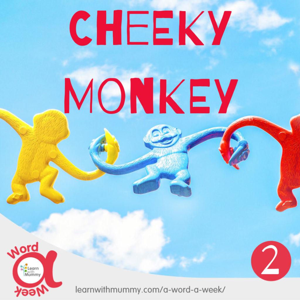 catena-di-tre-scimmiette-di-plastica-colorata-sfondo-con-cielo-azzurro-e-scritta-cheeky-monkey-monello-in-inglese