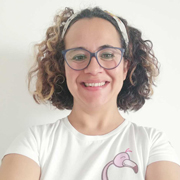 teacher-alessandra-insegnante-di-inglese-a-brindisi-indossa-una-maglietta-bianca-e-un-nastro-per-capelli