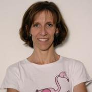 teacher-anna-insegnante-dei-corsi-di-inglese-per-bambini-a-roma-casalpalocco-indossa-una-maglietta-bianca-con-il-disegno-del-fenicottero-flamingo-personaggio-di-learn-with-mummy-in-the-savannah