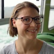cristina-insegnante-dei-corsi-di-inglese-per-bambini-a-venezia-sorride-mentre-viaggia-in-vaporetto