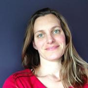 teacher-elena-insegnante-dei-corsi-di-inglese-per-bambini-di-catania-con-una-maglietta-rossa-sorride