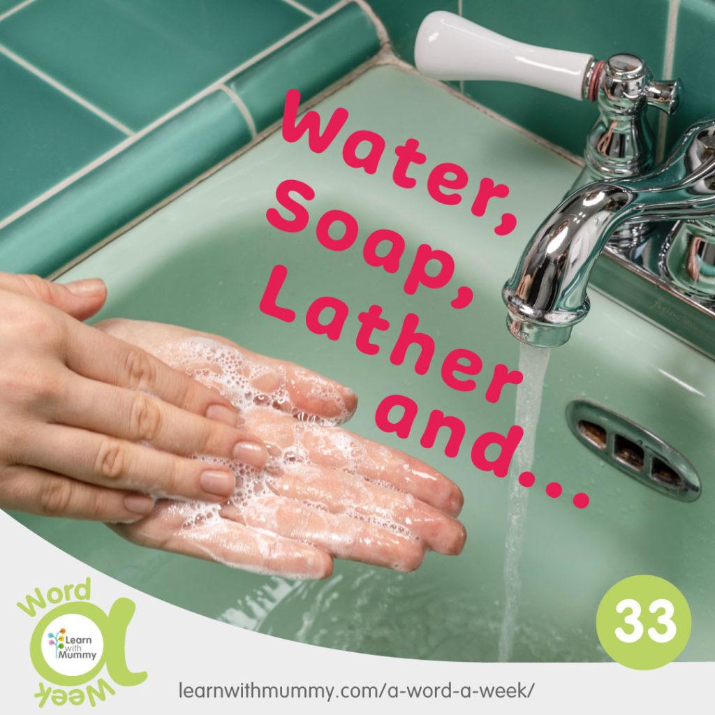 mani piene di schiuma che si lavano in un lavabo di ceramica verde e la scritta in Inglese su come lavarsi le mani