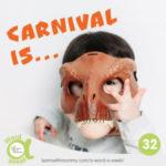 bambino-indossa-maschera-di-dinosauro-e-scritta-carnevale-in-inglese-300x300