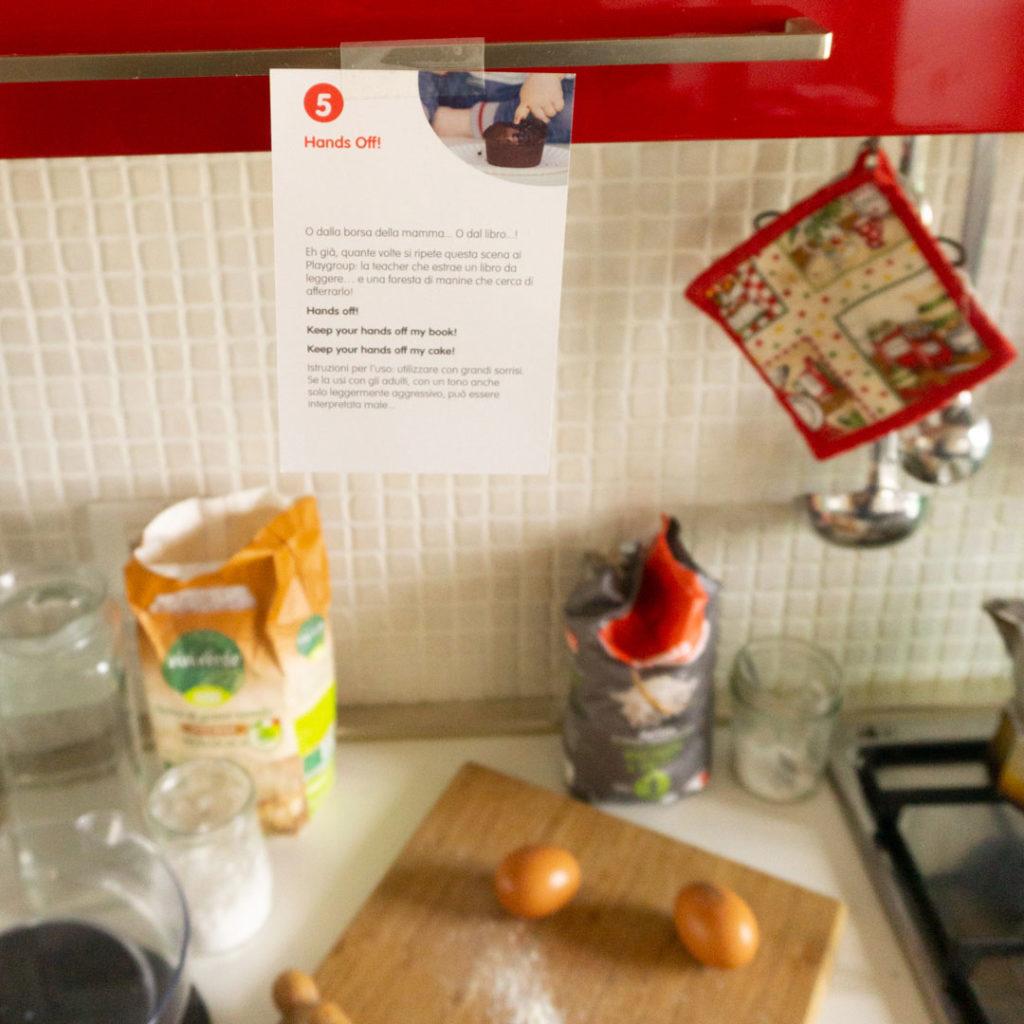 cartolina-della-rubrica-a-word-a-week-sull-argomento-non-toccare-in-inglese-attaccata-sullo-pensile-della-cucina