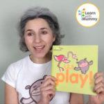 teacher letizia indossa una maglietta bianca e mostra il libro in inglese per bambini intitolato 1 2 3 play edito da Learn with Mummy