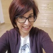 teacher-simona-insegnante-dei-corsi-di-inglese-per-bambini-di-catania-con-un-lupo-disegnato-sulla-maglietta
