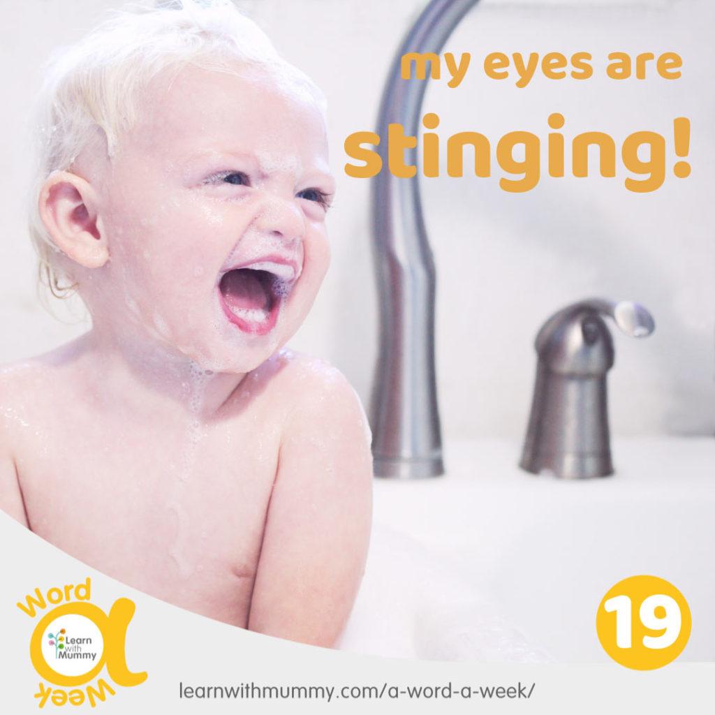 bambino piccolo ricoperto di schiuma che sorride mentra fa il bagno in inglese