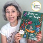 teacher letizia indossa una maglietta bianca e mostra il libro in inglese per bambini intitolato Jazzy in the Jungle di Lucy Cousins