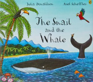 copertina di The Snail and the Whale libro in inglese per bambini  di Julia Donaldson con raffigurata una balena in una spiaggia tropicale