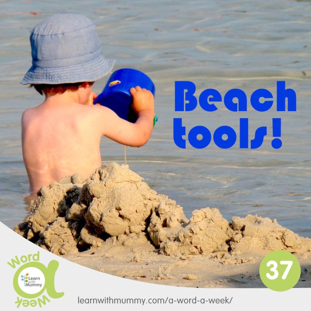 un bambino visto di spalle con paletta e secchiello gioca sulla spiaggia, accanto una scritta in Inglese