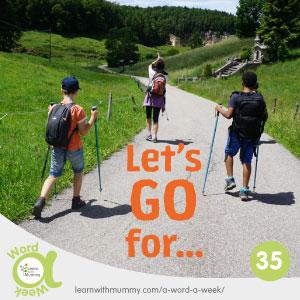 due bambini e una mamma percorrono un sentiero di montagna per fare delle passeggiate e una scritta arancione in inglese che invita a partire