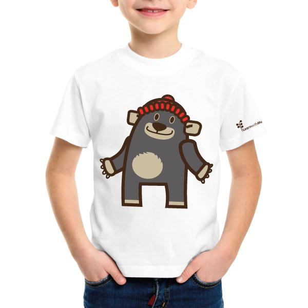 bambino indossa una maglietta bianca in puro cotone con stampata l'immagine di un orsetto con un cappellino rosso, bera dei personaggi della serie di libri in Inglese per bambini Learn with Mummy in the Rockies