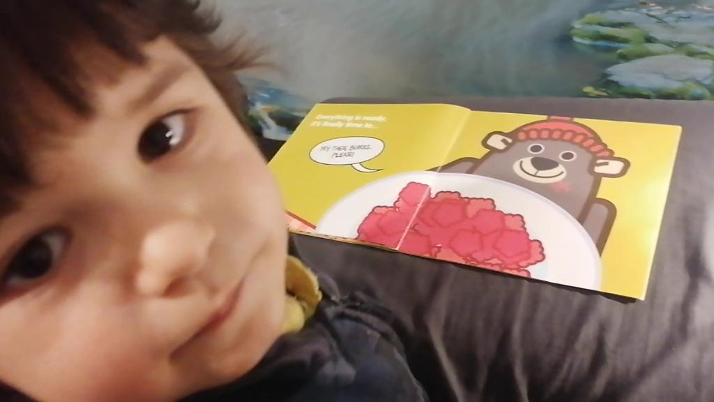 Imparare l'inglese da piccoli come il piccolo Riccardo chelegge il libro Picnic della serei di libri illustrati in inglese per bambini Learn with Mummy in the Rockies
