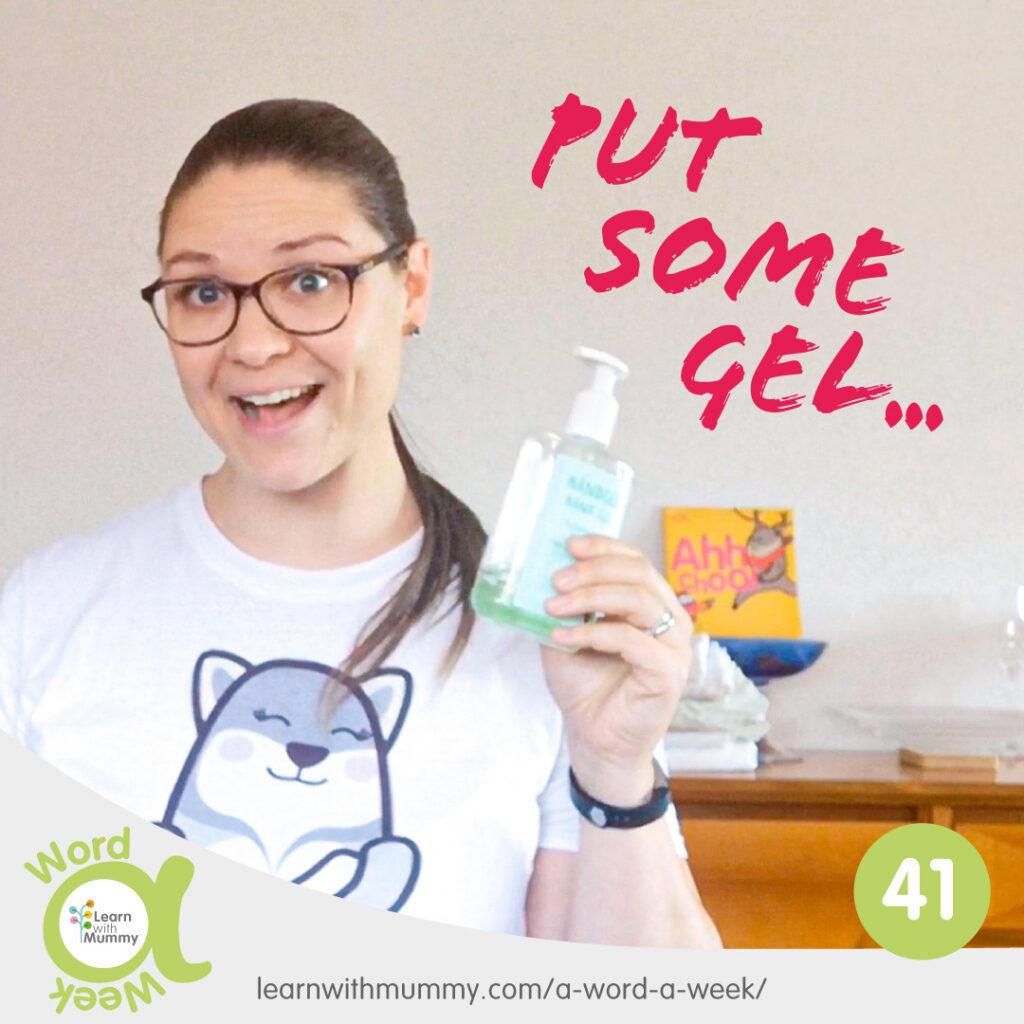 Teacher Cristina dei corsi di inglese per bambini learn with mummy a venezia ci mostra come sanificare le mani con il gel