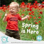 foto di un bambino che sorride davanti ad un campo di papaveri rossi e in sovraimpressione il logo della A Word a Week, rubrica di frasi in Inglese a cura di Learn with Mummy